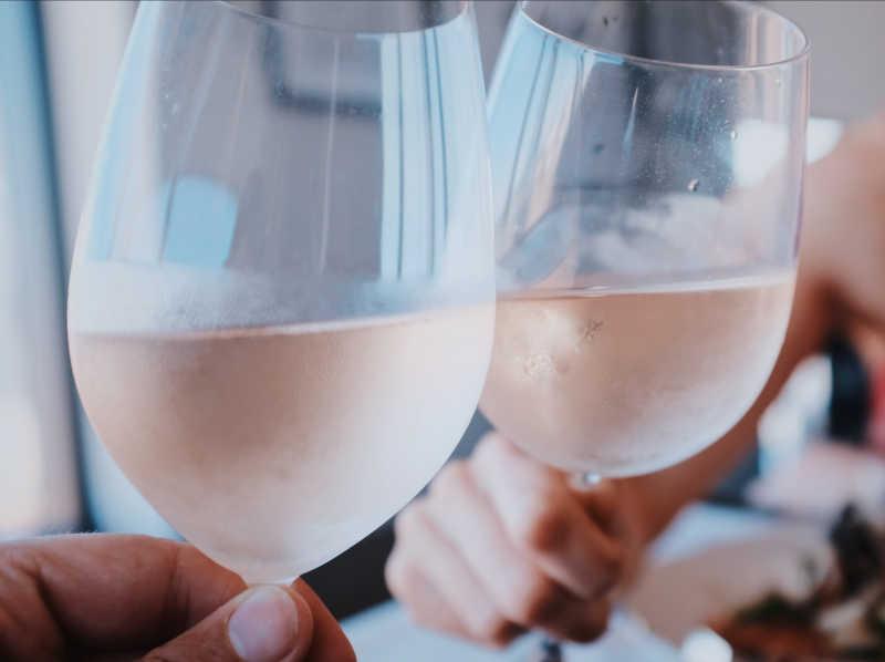 Duas taças de champanhe erguidas em comemoração. Drogas, álcool e sexo não podem satisfazer os vazios em nossas vidas. Só Deus pode satisfazer.
