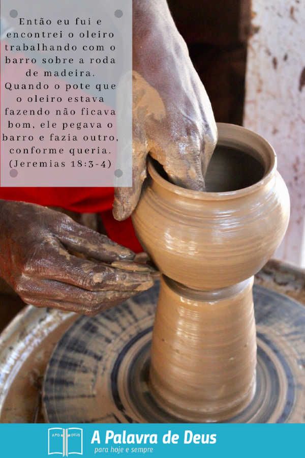 Um oleiro habilmente gira argila em uma panela. Jeremias 18: 3-4 explica como o oleiro recomeça se um defeito no vaso que ele está criando.