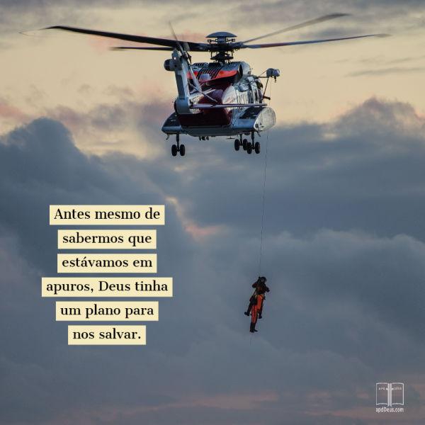 Um helicóptero paira como um policial tenta resgatar um homem. Antes mesmo de você saber que você estava em apuros, Deus tinha iniciado um plano de resgate!