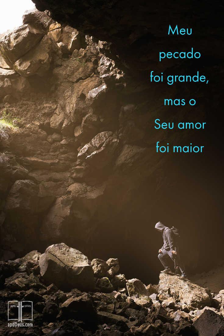 Um homem está em um poço profundo com a luz do dia brilhando sobre ele.  Deus, meus pecados eram grandes, mas Seu amor era maior.