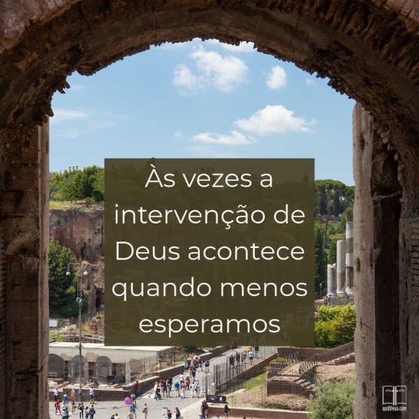 Um grande portão da cidade, com as palavras:Às vezes a intervenção de Deus acontece quando menos esperamos