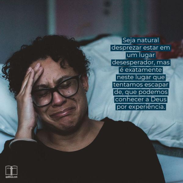 Uma mulher segura a cabeça e chora. São aqueles lugares de desespero, onde descobrimos quão fiel é Deus.