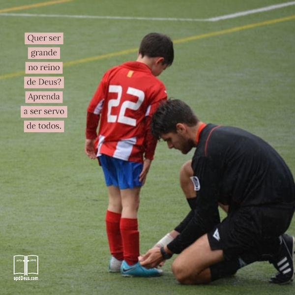 É um jogo de futebol infantil. O treinador está inclinado a amarrar um dos sapatos de seu jogador. No Reino de Deus, o maior deles é o servo de todos.