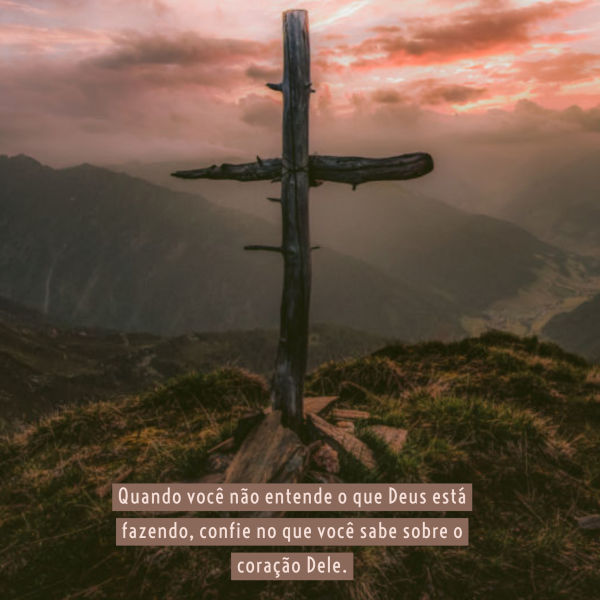 A cruz, contra um céu vermelho tempestuoso. Quando você nao entende o que Deus esta fazendo, confie no que você sabe sobre o coraçao Dele.