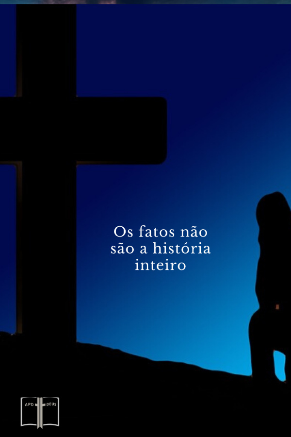 Um homem ajoelhado diante da cruz, banhado em luz azul. As palavras diz: Os fatos não são a história inteiro