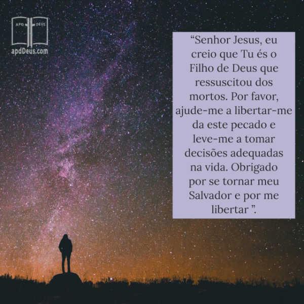 Uma silhueta de um homem, de pé contra um céu estrelado rezando: Senhor Jesus, por favor, ajude-me a libertar-me da este pecado e leve-me a tomar decisões adequadas na vida.