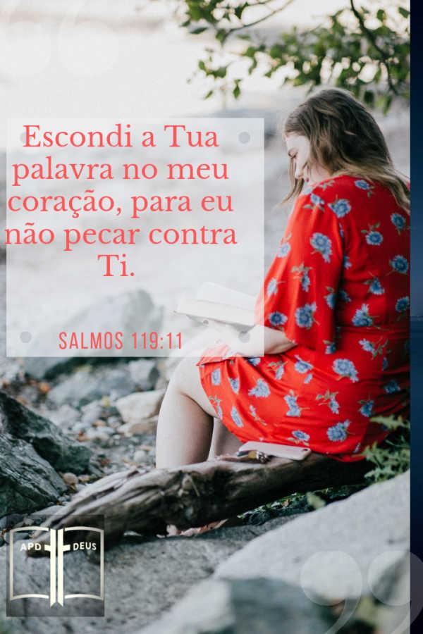 Uma mulher de vestido vermelho, estudando a palavra de Deus. Escondi a tua palavra no meu coração, para eu não pecar contra ti. (almos 119:11)