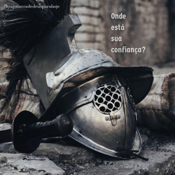 O capacete de um soldado medieval com as palavras: onde está sua confiança?
