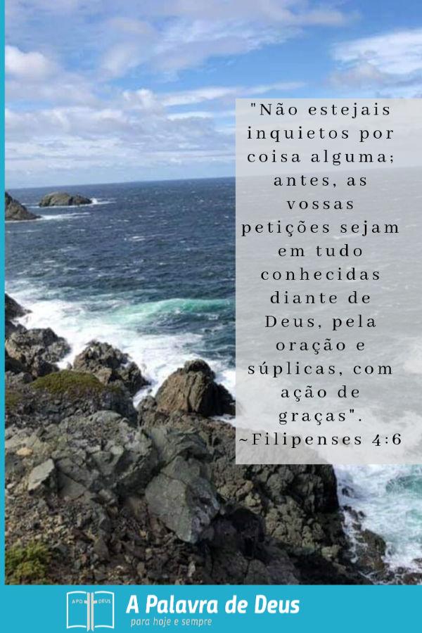 Ondas do mar batendo nas rochas. Filipenses 4:6:Não estejais inquietos por coisa alguma; antes, as vossas petições sejam em tudo conhecidas diante de Deus, pela oração e súplicas, com ação de graças.