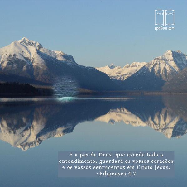 Um lago calmo no sopé das montanhas cobertas de gelo nos lembra: A paz de Deus, que excede todo o entendimento, guarda os vossos corações e os vossos sentimentos em Cristo Jesus. Filipenses 4: 7