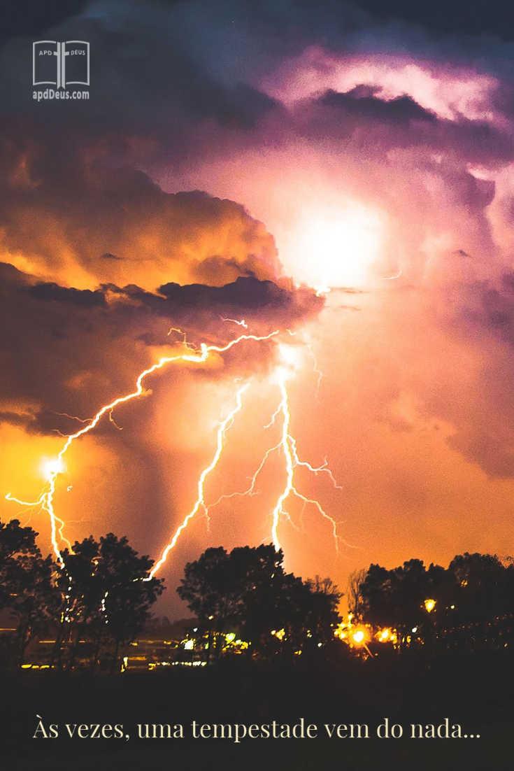 Uma enorme tempestade relâmpago atira através do céu. Às vezes tempestades aparecem do nada.