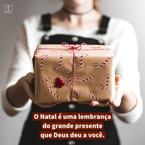 Um presente embrulhado em papel de embrulho de cana-de-açúcar. O Natal é um lembrete do grande presente que Deus lhe enviou.