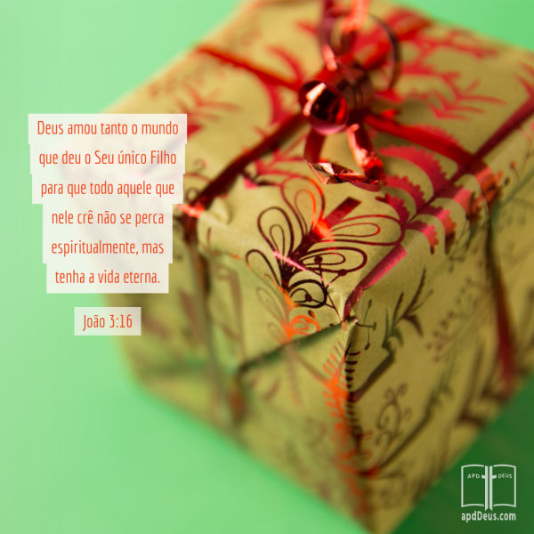 Um presente envolto em ouro e papel vermelho.John3:16 diz: Porque Deus amou o mundo tanto, que deu o seu único Filho, para que todo aquele que nele crer não morra, mas tenha a vida eterna.