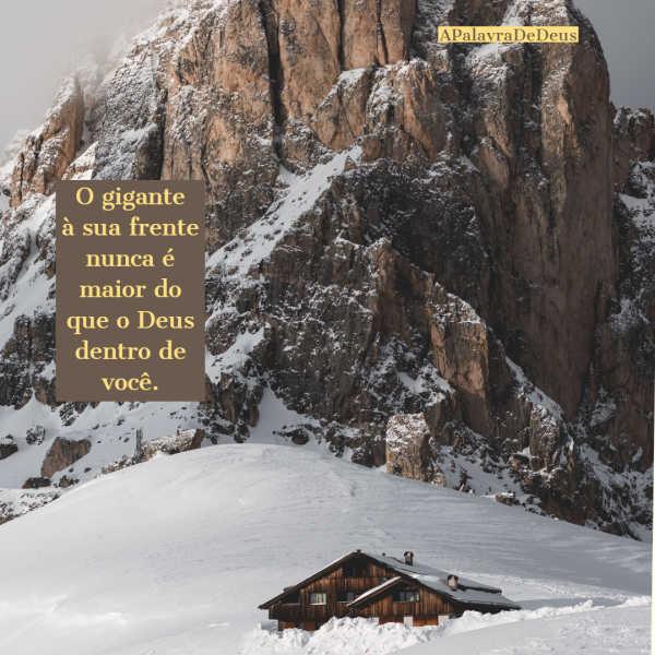 Uma casa fica situada aos pés de uma montanha acidentada e com neve. O gigante à sua frente nunca é maior que o Deus dentro de você