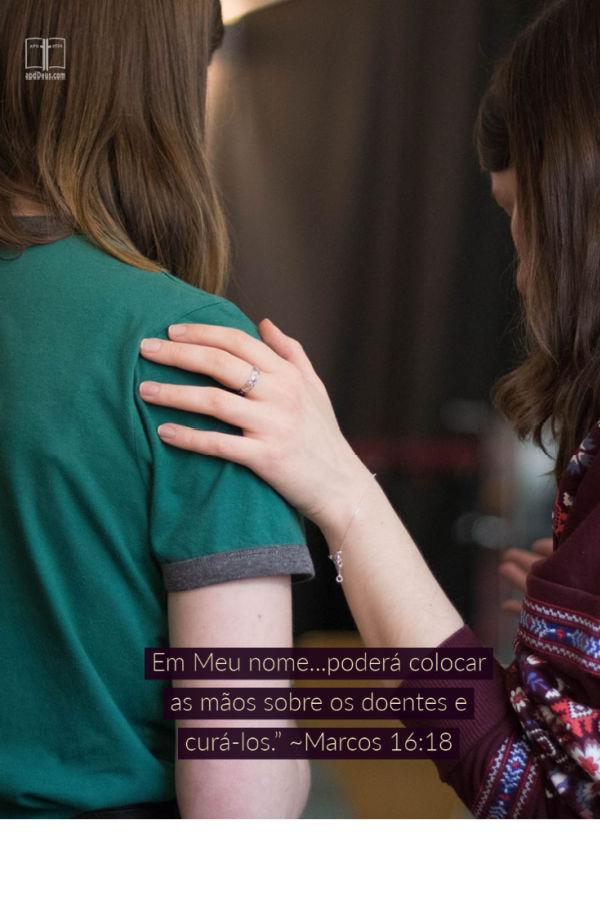 Uma jovem senhora repousa a sua mão sobre o ombro de outro. Marcos 16:18 diz que podemos colocar as mãos sobre os doentes e eles vão se recuperar.