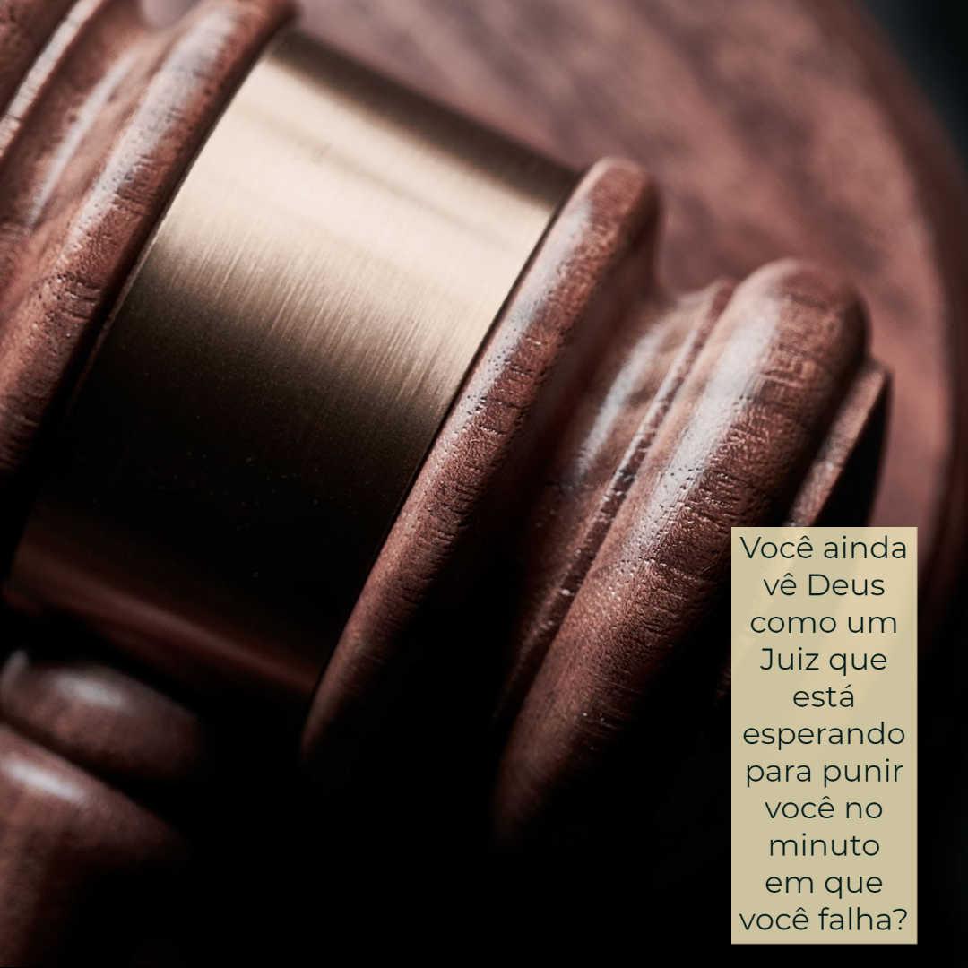 Um martelo de juiz, com as palavras: Você ainda vê Deus como um Juiz que está esperando para punir você no minuto em que você falha?