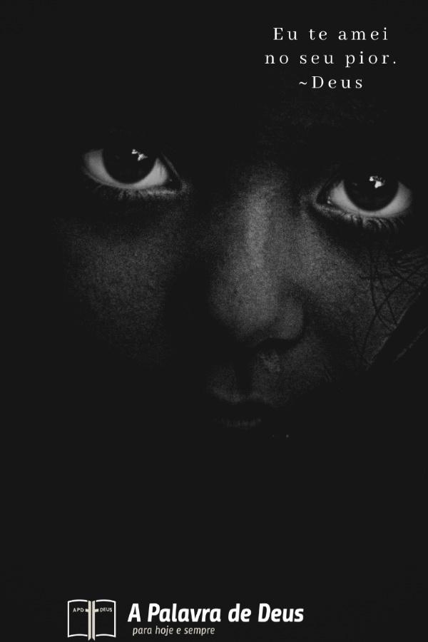 Uma jovem com grandes olhos emotivos, numa fotografia a preto e branco. As palavras ao lado dela dizem: Eu te amei no seu pior.