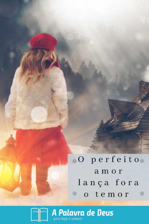 Uma jovem com um casaco branco e um chapéu vermelho segura uma lanterna no meio de uma tempestade de neve. Ela está com medo e está à procura de sua casa.