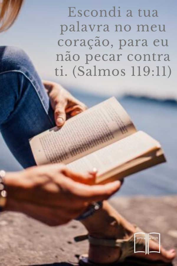 Uma mulher lê a Bíblia. Escondi a tua palavra no meu coração, para eu não pecar contra ti. (Salmos 119:11)