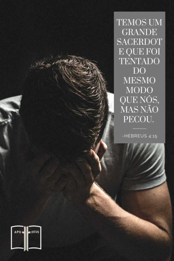 Um homem segura a cabeça nas mãos.  Hebreus 4:15:Porque não temos um sumo sacerdote que não possa compadecer-se das nossas fraquezas; porém um que, como nós, em tudo foi tentado, mas sem pecado.