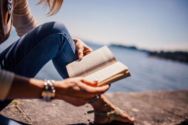 Uma mulher lendo a Bíblia