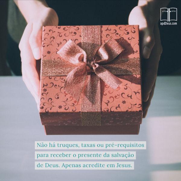 Um presente embrulhado em papel de embrulho vermelho e dourado.Não há truques, taxas ou pré-requisitos para receber o presente da salvação de Deus. Apenas acredite em Jesus.