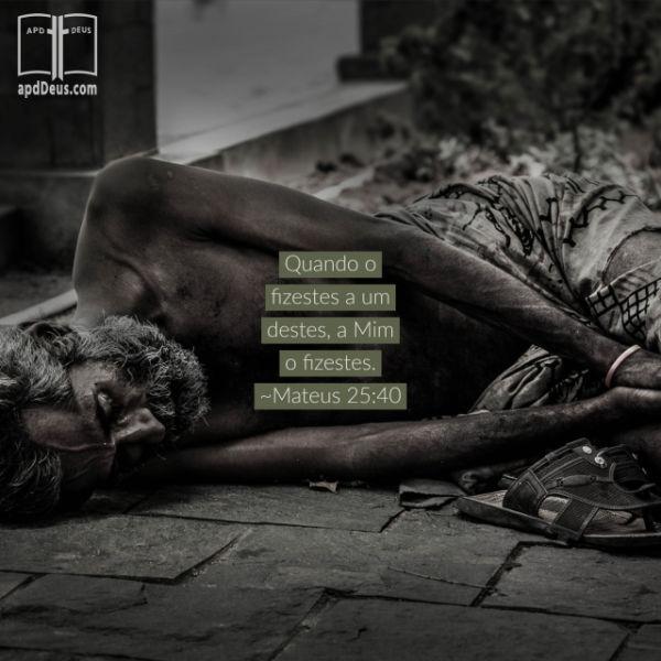 Um homem pobre, sem camisa está dormindo na calçada, por sua cama.  Quando o fizestes a um destes, a Mim o fizestes. (Mateus 25:40)