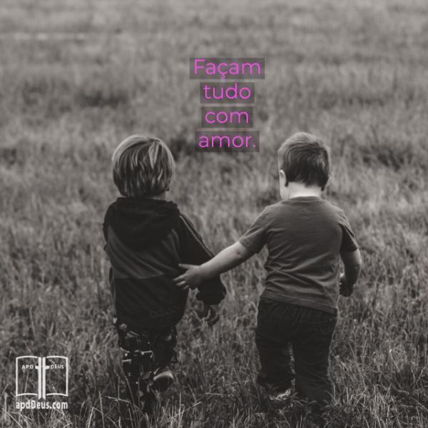 Dois garotinhos correndo através de um campo juntos. Um é gentilmente guiar o outro. Faça tudo que você faz, com amor.