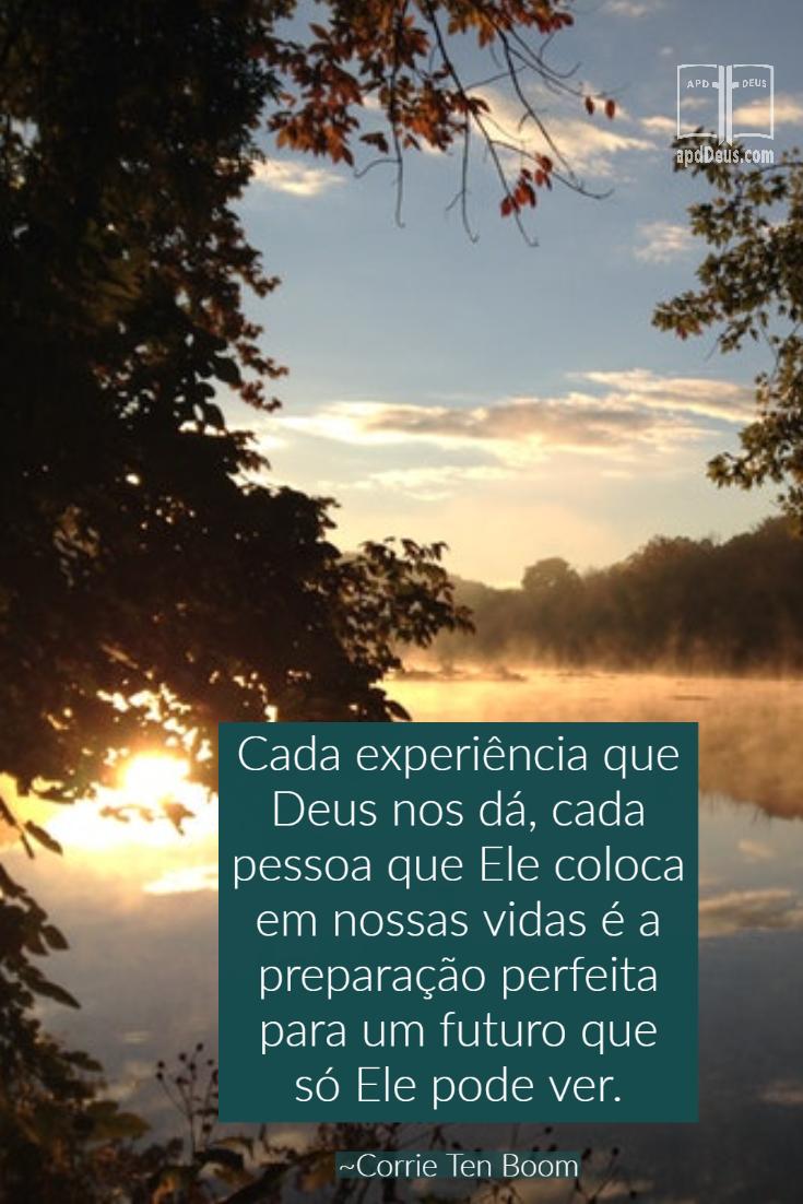 Um lago calmo ao pôr do sol, lembrando-nos que cada experiência que Deus nos dá, cada pessoa que Ele coloca em nossas vidas é a preparação perfeita para um futuro que só Ele pode ver.