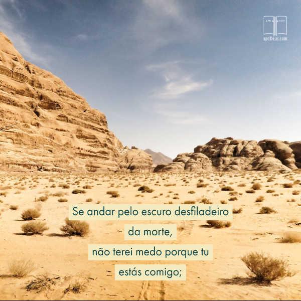 Um deserto arenoso com as palavras de Salmos 23:4. Mesmo quando eu andar pelo vale mais escuro, eu não vou ter medo