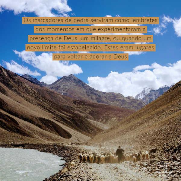 Um pastor pastoreando suas ovelhas através de um deserto. Lembrar onde Deus trouxe você através incentiva você a continuar.