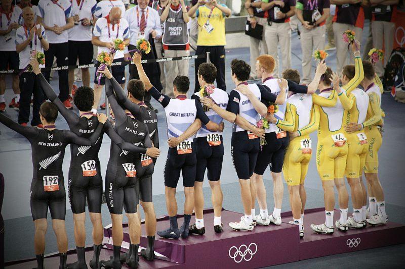 O pódio olímpico de três equipes nas posições ouro, prata e bronze.