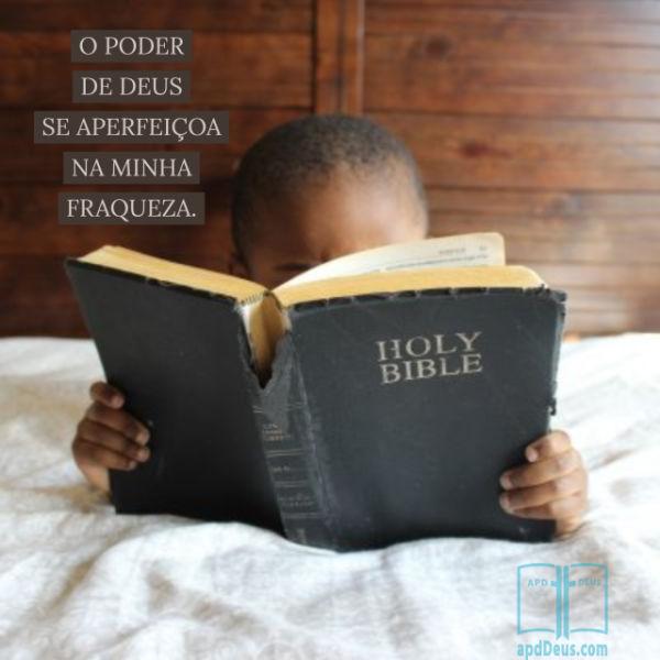 Um menino lendo a Bíblia enquanto ele está na cama. Talvez ele esteja lendo sobre o grande apóstolo Paulo e seu