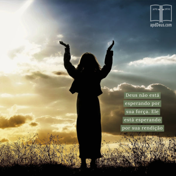 Uma mulher que levanta suas mãos na rendição ao deus, com o sol de ajuste no fundo. Deus não está esperando por sua força. Ele está esperando por sua rendição