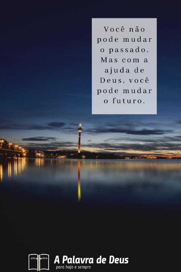 Uma cidade brilhante contrasta lindamente com a escuridão da noite e a água na beira. Você não pode mudar o passado. Mas com a ajuda de Deus, você pode mudar o futuro.