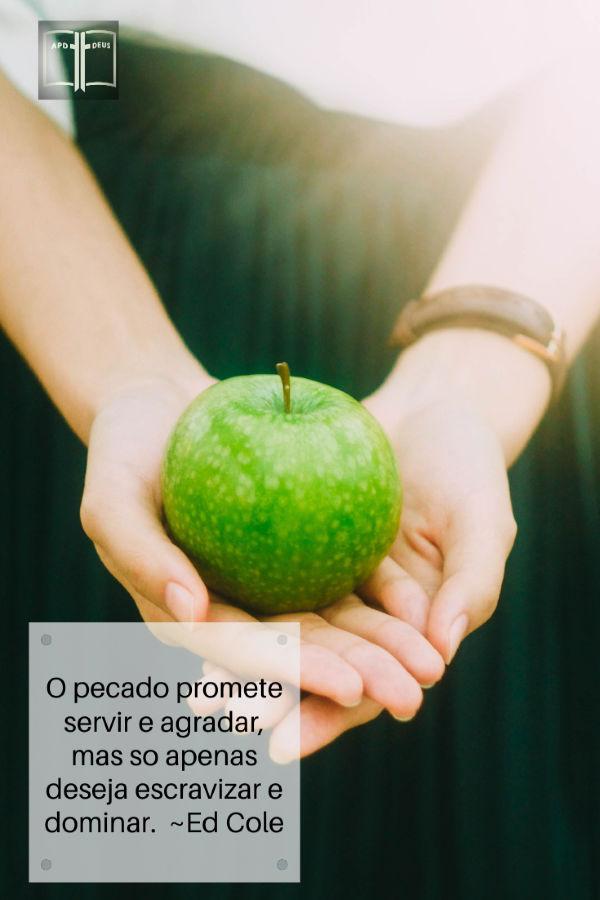 Uma mulher apresenta uma maçã verde para o leitor. O pecado promete servir e agradar, mas apenas so deseja escravizar e dominar.